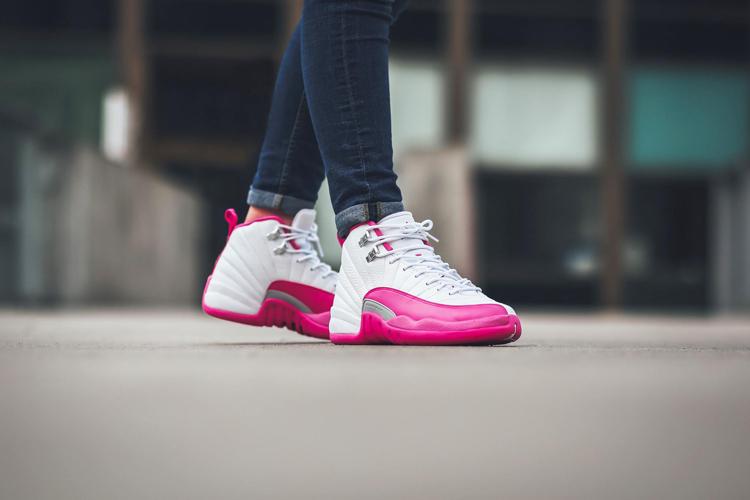 鞋款采用白色鞋身搭配粉色挡泥板